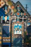 被雕刻的和被绘的木十字架在快活的公墓在Sapanta,罗马尼亚 那些公墓是联合国 库存图片