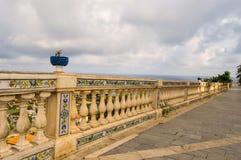 被雕刻的扶手栏杆与陶瓷样式和战胜由蓝色ba 免版税库存图片