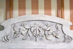 被雕刻的木镜子框架装饰 免版税库存图片