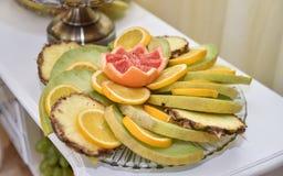 被雕刻的果子安排 多种新鲜水果 分类异乎寻常的果子 免版税库存照片