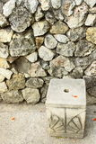 被雕刻的椅子前面岩石墙壁 图库摄影