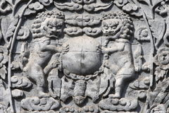 被雕刻的狮子扔石头是 库存图片