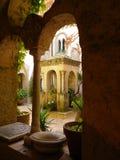 被雕刻的石眺望台在有盆的植物和拱道的阿马飞庭院里 库存照片
