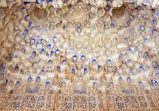 被雕刻的结构详述伊斯兰muqarnas穹顶 库存照片