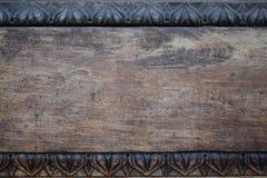 被雕刻的老门特写镜头,背景 免版税库存照片