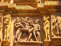 被雕刻的色情khajuraho雕刻石头 免版税库存图片