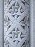 被雕刻的花卉模式柱子石头 免版税图库摄影