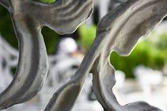被雕刻的长凳在公园 免版税库存图片