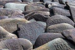 被雕刻的佛教玛尼石头 免版税库存图片