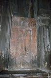 被雕刻的十字架绘与胭脂红在Gerghard修道院里 免版税库存照片