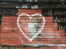 被雕刻的心脏有红色背景 免版税库存照片
