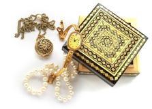被雕刻的木箱,金首饰,垂饰,别针,有浮雕的贝壳, watche 免版税库存图片