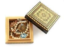 被雕刻的木箱,金首饰, 库存照片