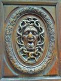 被雕刻的木门面貌古怪的人 免版税图库摄影