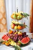 被雕刻的果子安排 多种新鲜水果 分类异乎寻常的果子 免版税图库摄影
