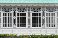 被雕刻的样式在Dusit公园装饰一个大厦的窗口的框架在曼谷(泰国) 库存照片