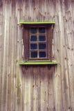 被雕刻的框架和窗口在从委员会的老木房子里 免版税库存图片