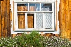被雕刻的窗口在老俄国乡间别墅里 免版税库存图片
