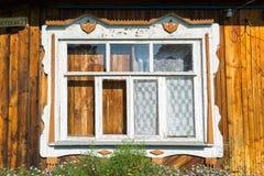 被雕刻的窗口在老俄国乡间别墅里 免版税库存照片