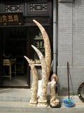 被雕刻的象牙象牙和待售在北京中国潘家园周末市场上 库存照片