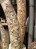 被雕刻的象牙象牙和待售在北京中国潘家园周末市场上 免版税库存照片