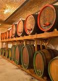 被雕刻的酒桶在了不起的斯洛伐克生产商葡萄酒库里。 免版税库存图片