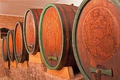 被雕刻的酒桶在了不起的斯洛伐克生产商葡萄酒库里  免版税库存图片