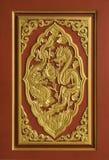 被雕刻的金黄龙木头 库存图片