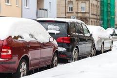 被雪包围住的汽车停放在路旁 免版税库存图片
