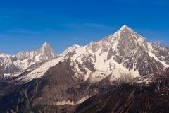 被雪包围住阿尔卑斯法国的山峰 免版税库存照片