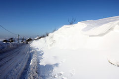 被雪包围住的农村路在冬天 免版税库存图片