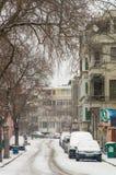 被雪复盖的狭窄的街道在波摩莱,保加利亚 库存照片