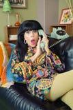 被震惊的女性覆盖物电话 库存照片