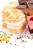 被鞭打的奶油色蛋糕特写镜头视图在牌照的 库存图片