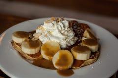 被鞭打的奶油色香蕉薄煎饼 图库摄影