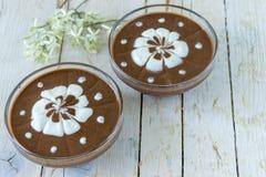 被鞭打的巧克力奶油色可口点心dof纵容布丁浅 免版税库存图片