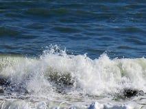 被鞭打的波浪爱尔兰 免版税库存照片