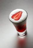 被鞭打的鸡尾酒奶油色草莓 免版税库存照片