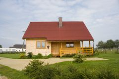 被顶房顶的房子红色 库存图片