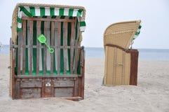 被顶房顶的柳条海滩睡椅 免版税库存图片
