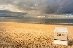 被顶房顶的柳条海滩睡椅 图库摄影