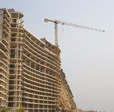 被题写的建筑用起重机和大厦上升 库存图片