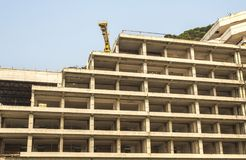 被题写的建筑用起重机和大厦上升 库存照片