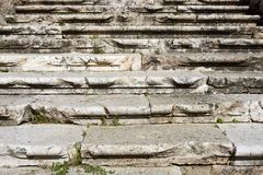 被风化的变老的古老罗马台阶 免版税库存照片