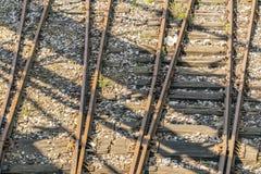 被风化的和生锈的老铁路路轨 免版税库存照片