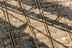 被风化的和生锈的老铁路路轨 库存图片