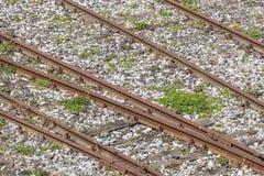 被风化的和生锈的老铁路路轨 免版税库存图片