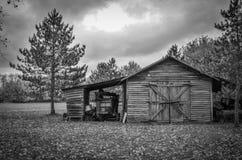 被风化的土气棚子在农村密执安 免版税库存照片