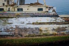 被风化的小船 免版税库存照片