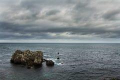 被风化的岩石在海洋 免版税库存照片